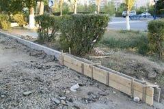 Die Reparatur der Straße Bilder der Reparatur des Fußgängerbürgersteigs Einstellung der Grenze Lizenzfreie Stockfotografie