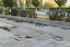 Die Reparatur der Straße Bilder der Reparatur des Fußgängerbürgersteigs Einstellung der Grenze stockfotos