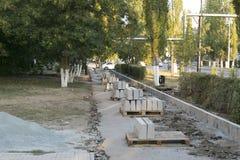 Die Reparatur der Straße Bilder der Reparatur des Fußgängerbürgersteigs Einstellung der Grenze Lizenzfreies Stockbild