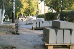 Die Reparatur der Straße Bilder der Reparatur des Fußgängerbürgersteigs Einstellung der Grenze stockfoto