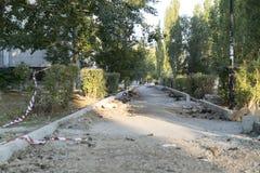 Die Reparatur der Straße Bilder der Reparatur des Fußgängerbürgersteigs Einstellung der Grenze Stockfotografie