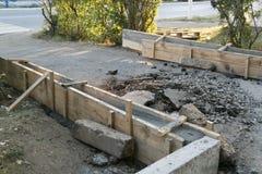 Die Reparatur der Straße Bilder der Reparatur des Fußgängerbürgersteigs Einstellung der Grenze stockbild