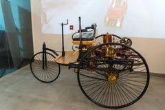 Die Replik von Patent-Automobilmodell 1 1886 von Mercedes Benz an der Ausstellung im Automuseum Königs Abdullah II in Amman, das  stockfotos