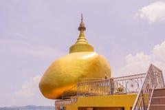 Die Replik von Phra die in--Kwaen u. x28; Hängendes goldenes Rock& x29; am KOH u. an x28; stockbilder