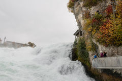 Die Rheinfall oder Rheinfall für die niedrigste Aussichtsplattform Stockbilder