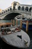 Die Rialto-Brücke in Venedig, Italien stockbilder