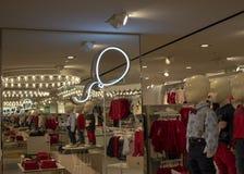 Die Richtung in das H&M-Geschäft stockbilder