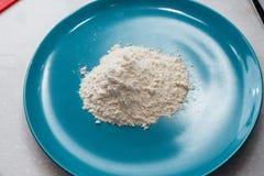 Die Rindfleischleber kochen bedeckt im Mehl auf einer Bratpfanne lizenzfreie stockfotos