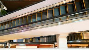 Die Rolltreppe t von der oberen Ecke hoch- und runterrück stock footage