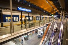 Die Rolltreppe und der Zug am Bahnhof Stockbild