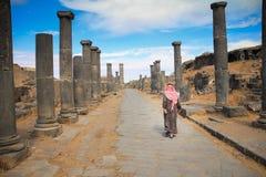 Die Roman Bath-Spalten und der Beduine - Bosra, Syrien lizenzfreies stockbild