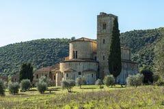 Die romanische Abtei von Sant Antimo ist ein ehemaliges Benediktinerkloster im comune von Montalcino Stockbilder