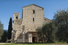 Die romanische Abtei von Sant Antimo ist ein ehemaliges Benediktinerkloster im comune von Montalcino Stockbild