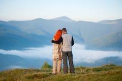 Die romantischen Paare, die einen Morgen genießen, schikanieren über den Bergen Lizenzfreies Stockbild