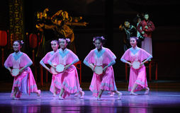 Die rosa des Mädchens-D Tat zuerst von Tanzdrama-c$shawanereignissen der Vergangenheit Stockfotos