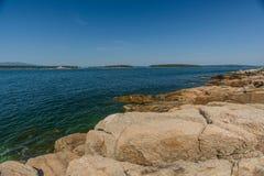 Die rosa Granitplatten, die Tonnen wiegen, sitzen auf dem Ufer des Schoodi Lizenzfreies Stockfoto