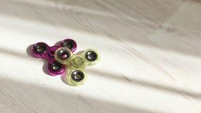 Die rosa Unruhespinner und die grüne Druckentlastung spielt Nahaufnahme im Sonnenlicht lizenzfreie stockbilder