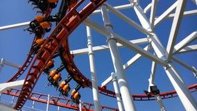 Die rote Achterbahn im Freizeitpark Lizenzfreie Stockfotografie