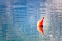 Die rote Boje im Meer Stockbild