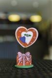 Die rote Herz-förmige Büroklammer Stockfotografie