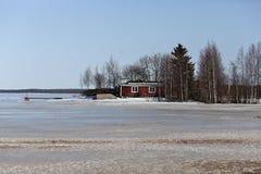 Die rote Kabine auf einer Insel Lizenzfreie Stockfotografie