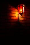 Die rote Lampe auf der Backsteinmauer Stockfoto