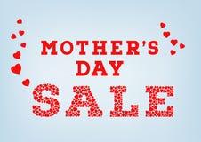 Die rote Muttertagverkaufsaufschrift, die vom kleinen Herzen gemacht wird, formt auf blauen weichen Hintergrund Glückliches Mutte Stockbild