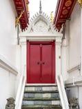 Die rote Tür am Marmortempel, Bangkok Thailand Lizenzfreie Stockfotografie
