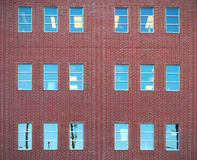 Die roten Backsteine und Fenster, die Büro errichten, ummauern Architekturstadtzentrum Stockbild