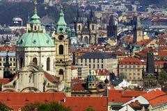 Die roten Dächer von Prag Stockfotografie
