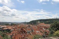 Die roten Dächer von Prag Stockbilder