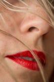 Die roten Lippen und das blonde Haar der Schönheit Lizenzfreie Stockfotos