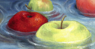 Die roten und grünen Äpfel, die auf das Wasser schwimmen, tauchen auf Lizenzfreie Stockbilder