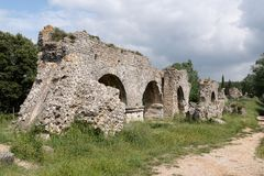 Die Ruine römischen Aquädukts Barbegal nahe Arles, lizenzfreie stockfotografie