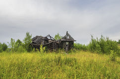 Die Ruinen der alten Holzhäuser lizenzfreie stockbilder