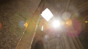 Die Ruinen der alten Kirche der Ziegelsteine, der sichtbaren Zerstörung der Wände und der Fenster Merkwürdiger Platz stock footage