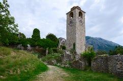 Die Ruinen des Glockenturms, alte Stange, Montenegro Lizenzfreie Stockfotos