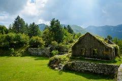 Die Ruinen des Hauses in den mountatins Montenegro, Europa Lizenzfreie Stockbilder