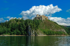 Die Ruinen des Schlosses auf dem Hügel Stockbild