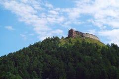 Die Ruinen des Schlosses. Berg Bona Stockfotos