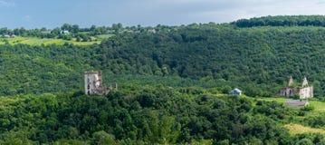 Die Ruinen des Schlosses mit zwei Türmen stockbilder