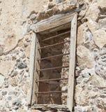 Die Ruinen, die Ruinen der zerstörten Schlossfestungswand mit einem Fenster mit Eisenstangen lizenzfreie stockbilder