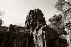 Die Ruinen eines alten hindischen Tempels im kambodschanischen Dschungel Warmer sonniger Tag Meisterwerke der Weltarchitekturkuns lizenzfreie stockbilder