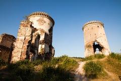Die Ruinen eines alten Schlosses im Dorf von Chervonograd Ukrai stockbild