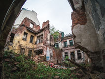 Die Ruinen eines alten verlassenen Gebäudes, der eingestürzten Wände und der Böden Stockfotos
