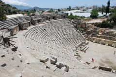 Die Ruinen eines Amphitheaters einer alten Stadt in der Türkei nahe Antalya lizenzfreie stockbilder
