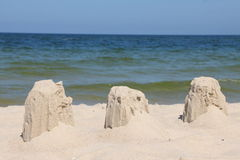 Die Ruinen eines Sandschlosses zerstört durch Wind Stockfotografie