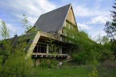 Die Ruinen eines verlassenen Sanatoriums der Zeiten des Sowjets stockbilder