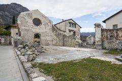 Die ruinierte Kirche von Johannes der Baptist in Venzone stockfotografie