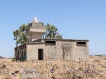 Die ruinierte Moschee, die nach dem Krieg des Tags des Jüngsten Gerichtes Yom Kippur War auf Golan Heights, nahe der Grenze mit S Lizenzfreie Stockfotos